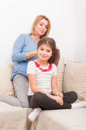 madre soltera: Concepto de familia hermosa con madre soltera y su hija en su casa en el sof� o sof�