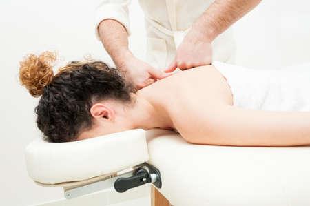 mimos: obtener mujer atractiva cuerpo o la parte posterior tratamiento de spa como concepto de cuidado del cuerpo Foto de archivo
