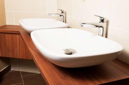 #53027704   Weiße Keramik Waschbecken Und Verchromte Armaturen Im Waschraum  Als Modernes Bad Inter Konzept