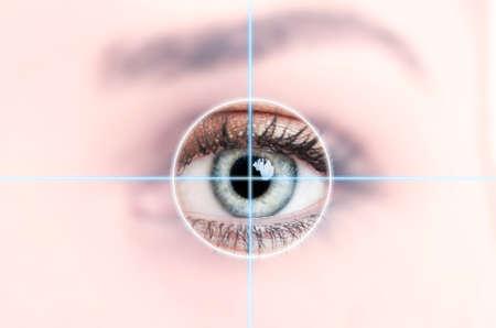 lentes de contacto: Cerca de los ojos azules femenina escaneada para el acceso como de alta tecnología con el concepto de identificación personal