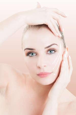 collage caras: Primer plano retrato de mujer con la piel perfecta listo para la cirugía cosmética para prevenir las arrugas contra el fondo de estudio rosa