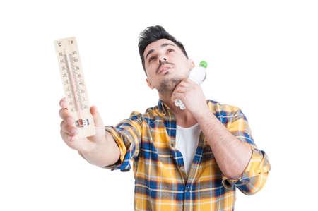 Concept van de zomer hoge temperatuur man die thermometer en een fles water op een witte achtergrond