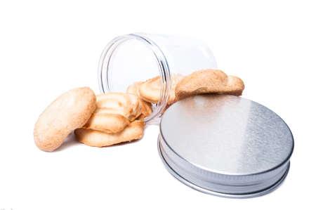 envases plasticos: Galletas o galletas en un recipiente de almacenaje de la cocina de plástico transparente o frasco aislado en blanco de la copia fondo del espacio