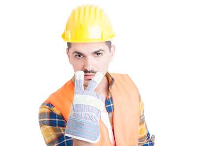 poner atencion: Joven ingeniero con el casco haciendo observa o se preste atención a mí gesto aislado en el fondo blanco