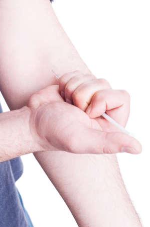 sobredosis: hombre adicto a las drogas haciendo una inyección con una sustancia peligrosa como concepto narcóticos sobredosis aislado en blanco Foto de archivo