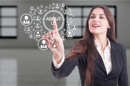 Futuristische over ons concept op hi-tech touchscreen en zakelijke vrouw drukken op de knop