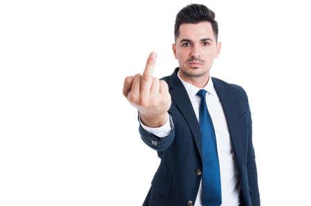 Arrogante y prepotente empresario, banquero o un abogado que muestra el dedo medio aislado en el fondo blanco