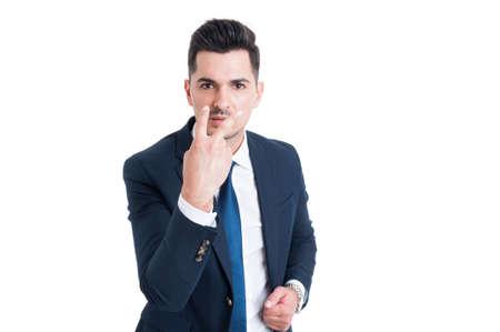 poner atencion: El hombre de negocios haciendo parecer a los ojos y prestar atención gesto aislado en el fondo blanco