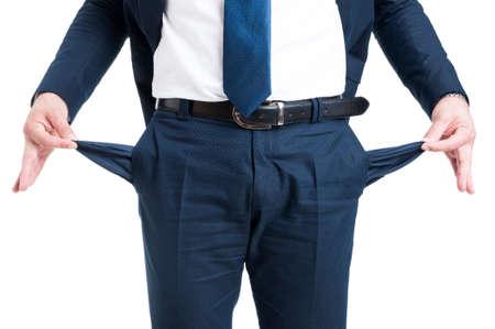 Pauvre homme d'affaires montrant un pantalon vide poches isolées sur fond blanc Banque d'images