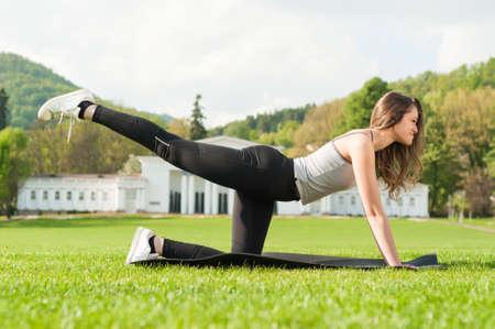 ejercicio aeróbico: Ajuste a la mujer atractiva haciendo ejercicio aeróbico en el parque como concepto de estilo de vida saludable