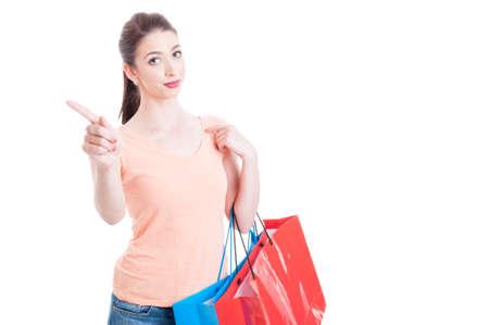 흰색 배경에 복사 텍스트 공간이 격리 검지와 거절 또는 거부 제스처를 보여주는 쇼핑 가방을 들고 젊은 아가씨