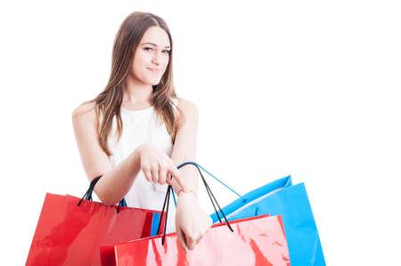 puntualidad: Concepto de la puntualidad con la sonrisa hermosa adicta a las compras que muestra la muñeca y obtener en el tiempo de la compra aislados en fondo blanco con espacio de copia Foto de archivo
