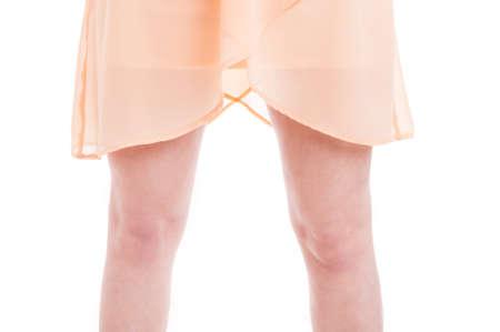 beine spreizen: Frau gespreizten Beine mit Sommerkleid auf Studio-Konzept isoliert auf weißem Hintergrund