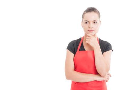 Portret van supermarkt vrouwelijke werknemer denken aan iets geïsoleerd op wit met kopie ruimte