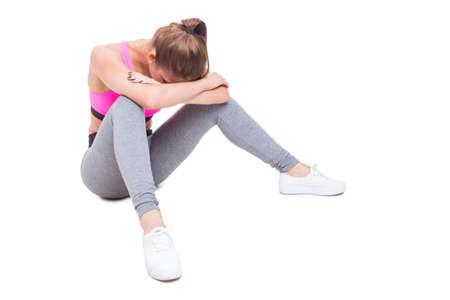 Fit giovani posizioni femminili stanchi dopo allenamento isolato su sfondo bianco, con spazio di copia del testo Archivio Fotografico