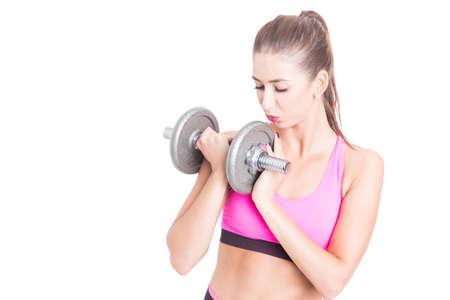 levantar peso: Chica en el gimnasio besos y la celebración de mancuernas aisladas sobre fondo blanco con copia área de texto