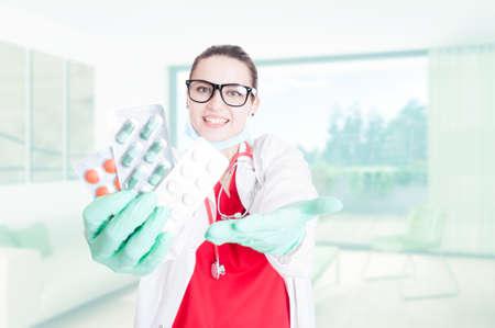pilule: Hermosa joven médico ofreciendo o dando tabletas como concepto de tratamiento médico