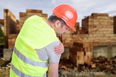 Constructeur souffrant de douleurs à l'épaule ou ayant un accident sur le lieu de travail en plein air Banque d'images - 66352457