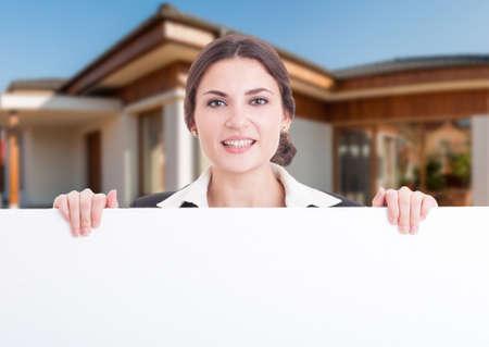 Portrait von Immobilienberater lächelnd leer Banner mit Text kopieren Raum halten