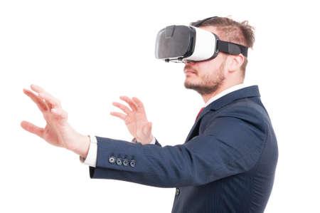 白い背景に分離された仮想現実の概念として vr メガネをかけて魅力的な青年実業家