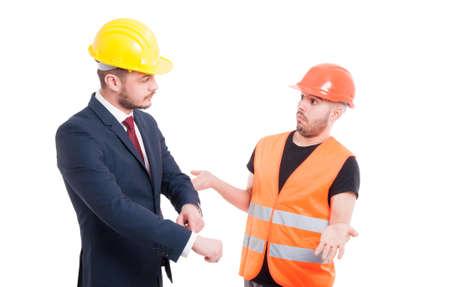 Homme architecte pointant son poignet comme concept de retard isolé sur fond blanc