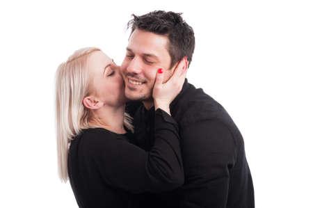73507941-feliz-amorosa-mujer-besando-a-su-novio-y-divirti%C3%A9ndose-en-el-fondo-blanco.jpg?ver=6