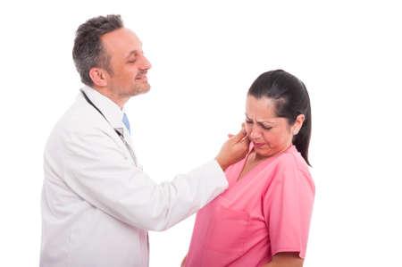 メディックや白い背景の女性看護師の同僚の顔に触れる医者と職場での嫌がらせ