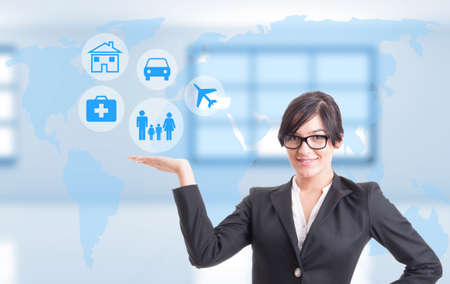 Mujer consultora que muestra diferentes tipos de seguros de vida, salud y viajes