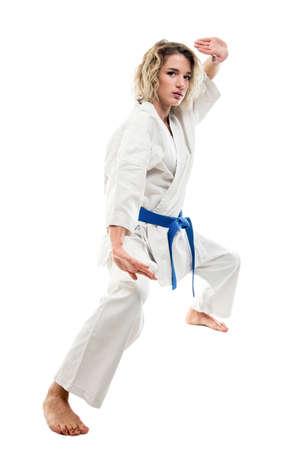 Corps entier de femme faisant des arts martiaux pose portant une tenue blanche isolée sur fond blanc avec espace publicitaire pour copie Banque d'images