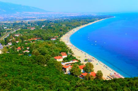 Luchtfoto van Platamon stad, een stad en badplaats in het zuiden van Pieria, Centraal-Macedonië, Griekenland. HDR-afbeelding.