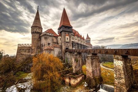 castillo medieval: El castillo Corvinesti también conocido como el castillo Hunyad, es un estilo gótico-renacentista castillo Hunedoara (Transilvania), Rumania.
