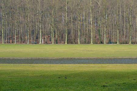 lineas rectas: Las l�neas rectas de la hierba y el agua en el parque de Tervuren, cerca de Bruselas, B�lgica. Foto de archivo