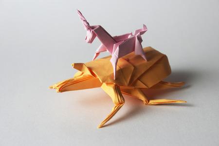 Rosa Einhorn origami Reit Orange Origami-bug Standard-Bild - 31726320