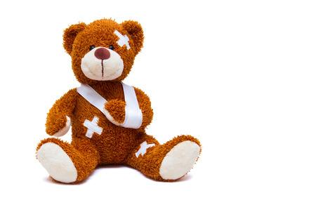 Gewonde teddybeer op een witte achtergrond