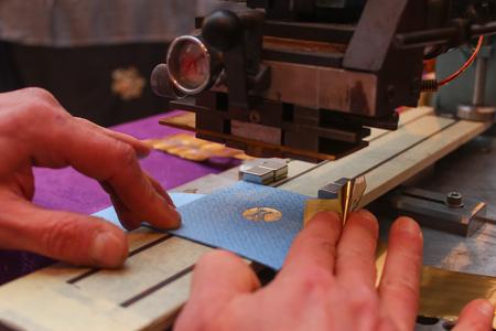 Boekbinder embossing papieren kaart met goudfolie Stockfoto