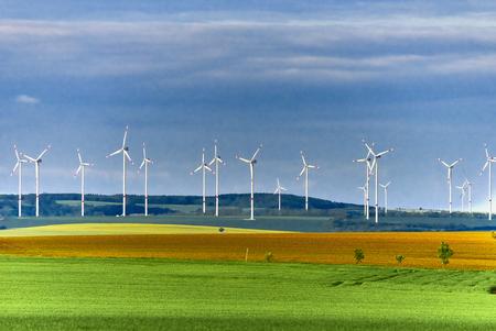 Windpark in der grünen Wiese Standard-Bild - 81363846