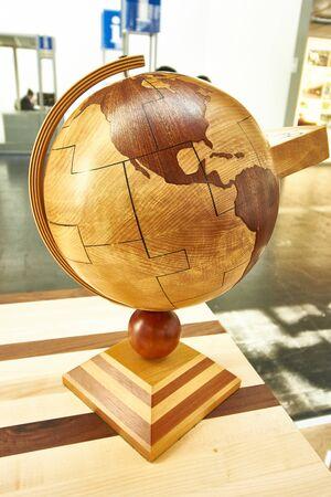Hölzerne Globus gegenüber Amerika Standard-Bild - 83191293