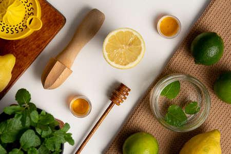 Lemon and citrus juicer on wooden board Standard-Bild - 129463355