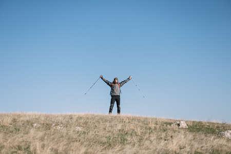 Traveler man spreading hands over the hill 版權商用圖片