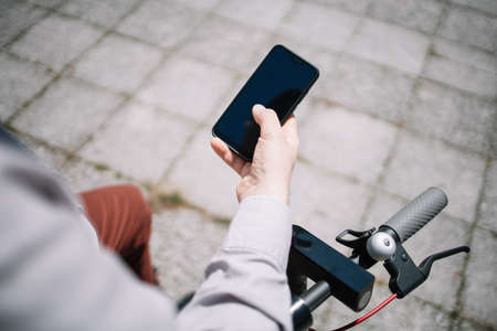 Mans hand holding black smartphone with blank screen Banque d'images