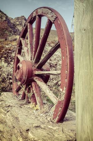 carreta madera: La vieja rueda de carro de madera en una granja
