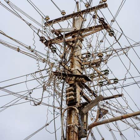 redes electricas: Cables eléctricos Sucias en la India. La tecnología de fibra óptica descubierta al aire libre al aire libre en las ciudades asiáticas
