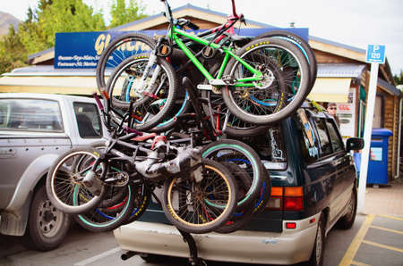 LAKE TEKAPO, NEW ZEALAND - JANUARY 19, 2014: Bikes loaded on the  back of a car near cafe at Lake Tekapo , New Zealand Redakční