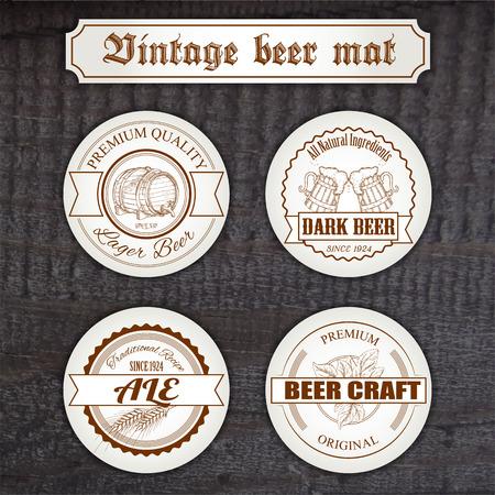 Vector set vintage handgetekende biermat op houten bureau.