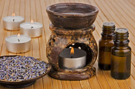 flores secas: Aromaterapia l�mpara con aceite y lavanda seca Foto de archivo