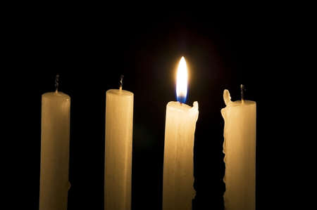luz de velas: Vela encendida entre los extinguidos los Destacan concepto de multitud Foto de archivo