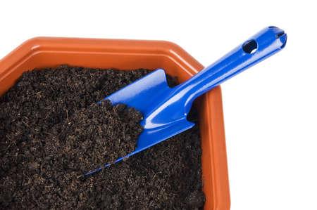 Pot de fleur avec de la terre et une pelle près isolé sur blanc Banque d'images - 21068687