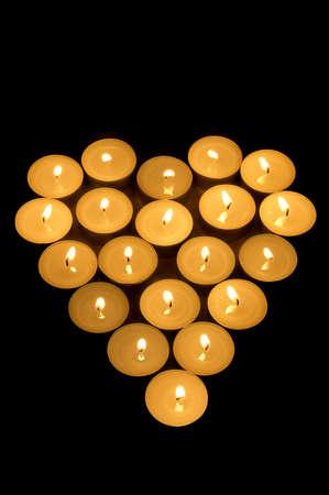 bougie coeur: Brûler des bougies en forme de coeur dans l'obscurité