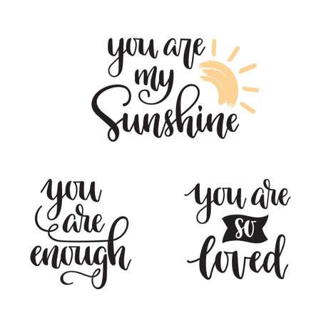 Du bist mein Sonnenschein, Du bist genug, Du bist so geliebt Handbeschriftung. Motivationssätze im modernen Kalligraphie-Stil Vektorgrafik