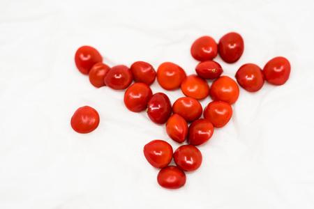 白い背景に海の赤豆クローズアップビュー 写真素材